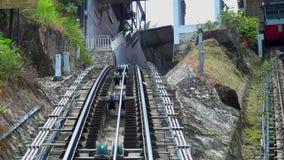 Monte en el camino del teleférico en la colina de Penang, Georgetown, Malasia Visión desde adentro almacen de video