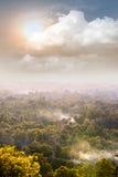 Monte enevoado da floresta com sol e nuvens Imagens de Stock Royalty Free