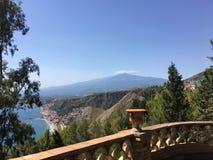 Monte Etna e costa de Taormina, Sicília fotos de stock royalty free