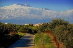 Monte Etna nevado visto do campo que cerca a cidade de Centuripe foto de stock