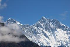 Monte Everest atrai muitos montanhistas e alpinistas altamente experientes imagens de stock royalty free