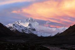 Monte Everest com nuvens coloridas Fotos de Stock
