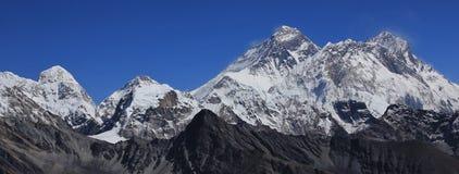 Monte Everest, vista da passagem de montanha do La de Renjo fotografia de stock