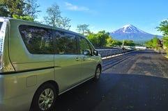 Monte Fuji como o fundo e o carro alugado Foto de Stock Royalty Free