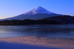 Monte Fuji da cena do inverno do lago Kawaguchi Japão Imagem de Stock