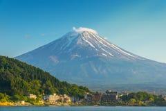 Monte Fuji no behide de Kawaguchiko do lago a cidade imagem de stock