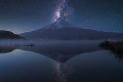 Monte Fuji no kawaguchiko do lago, crepúsculo Fotos de Stock Royalty Free
