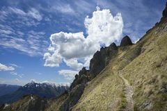 Monte Grona Mountain Pathway nära sjön Como, Italien Arkivbilder