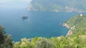 Monte Isola, Brescia Italia Paisaje en el lago Iseo de la trayectoria que eso lleva a la cumbre de la isla almacen de metraje de vídeo
