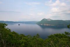 Monte Kamui e o lago azul claro bonito Mashu Fotos de Stock Royalty Free