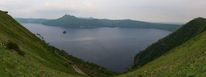 Monte Kamui e o lago azul claro bonito Mashu Fotos de Stock