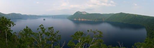 Monte Kamui e o lago azul claro bonito Mashu Imagem de Stock Royalty Free