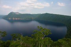 Monte Kamui e o lago azul claro bonito Mashu Imagens de Stock Royalty Free