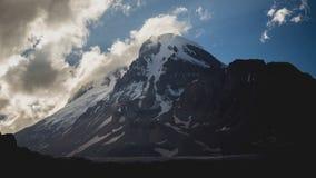 Monte Kazbek Mqinvartsveri, tercero el pico más alto en Georgia, 5033,8 metros Volcán potencialmente activo, más alto de almacen de video