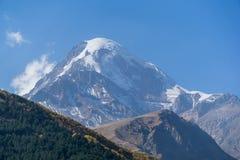 Monte Kazbek, visión desde la ciudad de Stepantsminda en Georgia en tiempo soleado Imagenes de archivo