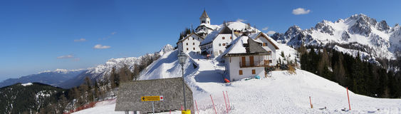 Monte Lussari alpines Dorfpanorama Lizenzfreies Stockfoto