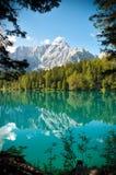 Monte Mangart del Lago di Fusine e con il blocco per grafici di legni Immagini Stock