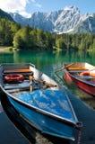 Monte Mangart del Lago di Fusine e con la barca di riga Immagini Stock Libere da Diritti