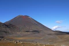 Monte Ngauruhoe, igualmente conhecido como a desgraça da montagem do senhor dos anéis filma, como visto ao trekking o cruzamento  Fotografia de Stock Royalty Free
