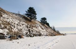 Monte no banco do lago congelado Imagens de Stock Royalty Free