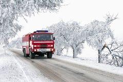 Monte o carro de bombeiros à ação à espera no tempo de congelação Fotografia de Stock
