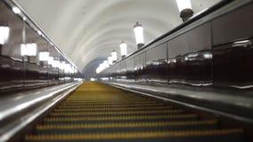 Monte o metro, na escada rolante Luzes não ofuscantes, lâmpadas em toda parte filme