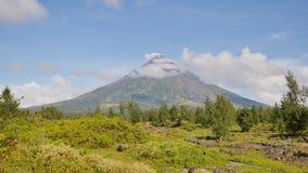 Monte o vulcão de Mayon na província de Bicol, Filipinas filme