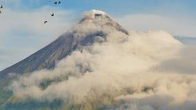 Monte o vulcão de Mayon na província de Bicol, Filipinas Nubla-se o timelapse filme