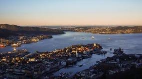 Monte a opinião da manhã de Fløyen à cidade de Bergen, Noruega fotografia de stock