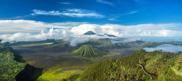 Monte panorama dos vulcões de Bromo e de Batok no parque nacional de Bromo Fotografia de Stock Royalty Free