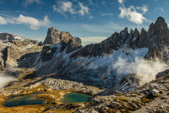 Monte Paterno med blå sjö-TreCime, Dolomites Royaltyfri Fotografi