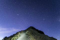 Monte Rinjani, trayectoria de la cumbre debajo de las estrellas Fotografía de archivo