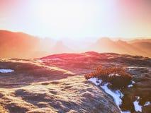 Monte rochoso acima do tempo frio do inverno inverso da névoa nas montanhas fotos de stock royalty free