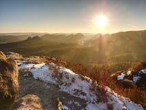 Monte rochoso acima do tempo frio do inverno inverso da névoa nas montanhas fotos de stock