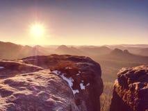 Monte rochoso acima do tempo frio do inverno inverso da névoa nas montanhas imagem de stock