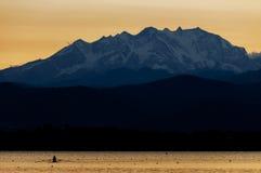 Monte Rosa et lac varese au coucher du soleil Image stock