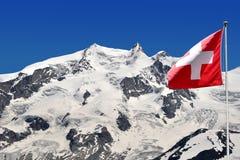 Monte Rosa med den schweiziska flaggan - schweiziska Alps Arkivfoton