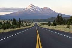 Monte Shasta, um vulcão na escala da cascata, Califórnia do norte imagem de stock royalty free