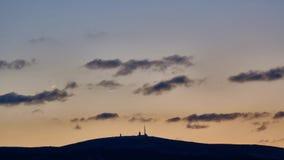 Monte a silhueta de Brocken no por do sol na noite do inverno Montanha de Harz em Alemanha vídeos de arquivo