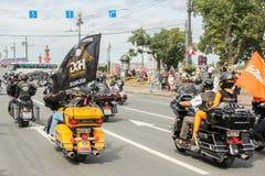 Monte sur des personnes de motos avec des drapeaux Image libre de droits