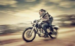 Monte sur la moto Images stock