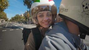Monte sur la moto en ville banque de vidéos