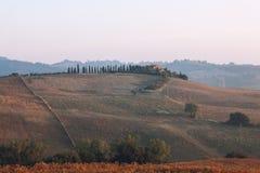 Monte típico de Tuscan com uma casa Fotografia de Stock