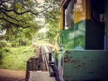 Monte um trem velho local sobre uma ponte pequena em Tailândia imagens de stock
