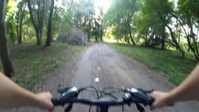 Monte uma bicicleta na câmera da ação da floresta filme