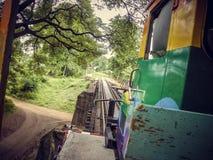 Monte un tren viejo local sobre un pequeño puente en Tailandia foto de archivo