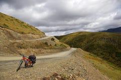 Monte una bici a Kham Foto de archivo