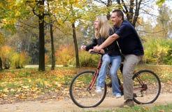 Monte una bicicleta Imagen de archivo libre de regalías