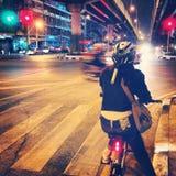 Monte una bicicleta Fotografía de archivo