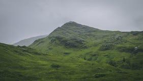 Monte verde em montanhas escocesas fotos de stock